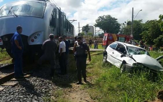 Bondinho da EFCJ colide contra veículo em Pindamonhangaba