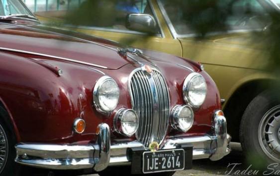 Os carros antigos estão voltando para Campos do Jordão! E os porta malas estão cheios de solidariedade.