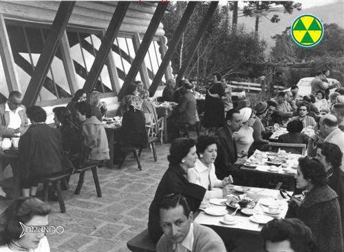 """Imagens do saudoso """"Restaurante Jardim do Embaixador"""", da D.Ilse Kolletriz Wolf. Na foto, ao fundo, de preto, D. Ilse."""