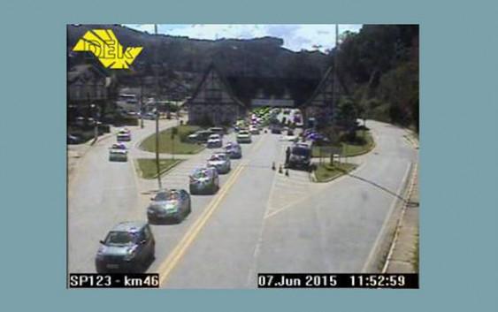 (12h00) Trânsito já bastante intenso na descida da Serra. Confira os tempos de viagem!