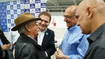 O senhor José de Oliveira, conversa com o governador Geraldo Alckmin, momentos antes do início da cerimônia.
