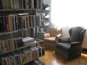 Na Biblioteca Municipal de Campos do Jordão, poltronas entre as estantes possibilitam uma leitura confortável.