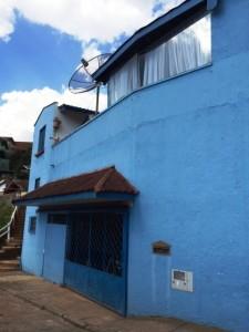 A casa azul de Dona Maria do Carmo é a mais conhecida da rua