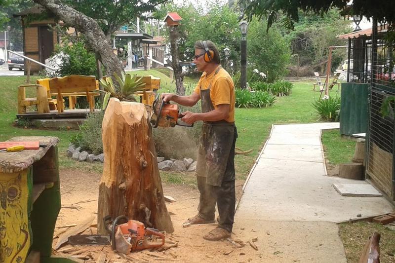Ivan transforma um tronco de arvore em artesanato de Campos do Jordão na Praça das Artes