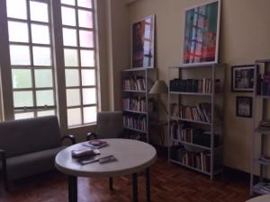 As vidraças históricas proporcionam luz natural para a Biblioteca de Cinema
