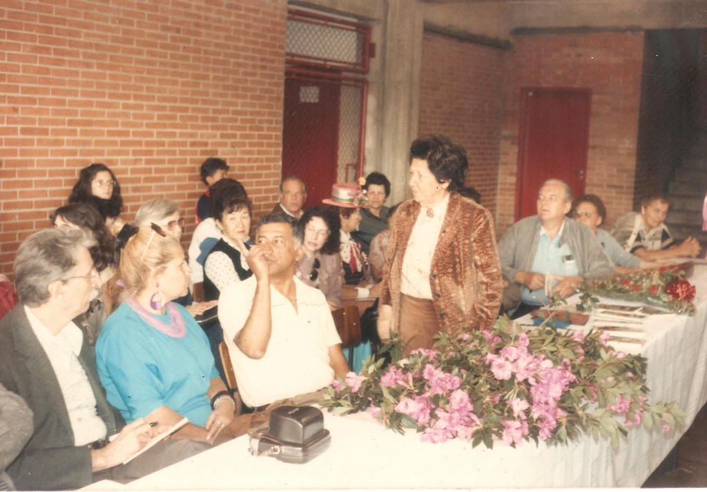 Inauguração da Biblioteca Lenyra Camargo Fraccaroli Sentados, da esquerda para a direita, Maynard Góes, Lenyra Camargo Fraccaroli, Henrique L. Alves (Acadêmico), Celina Câmara e alguns professores e convidados não identificados; ao fundo, de óculos, Vera Villas Boas.