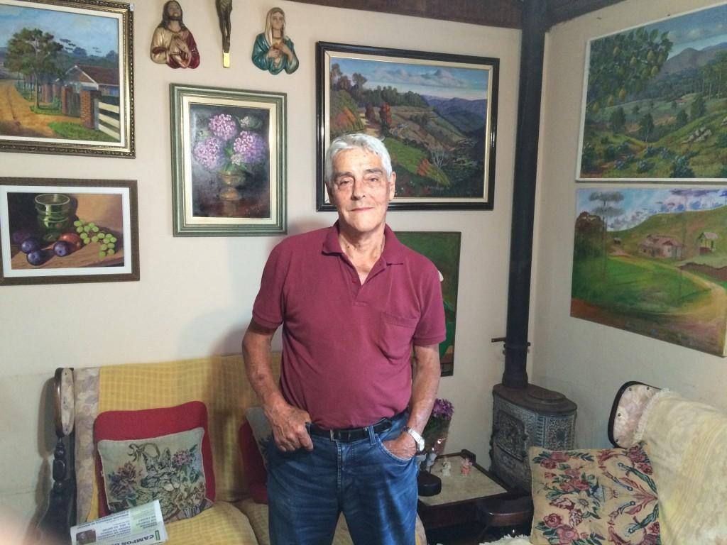 O artista plástico Luiz Pereira Moysés, que é também membro correspondente da Academia de Letras de Campos do Jordão, em sua casa, rodeado por suas obras