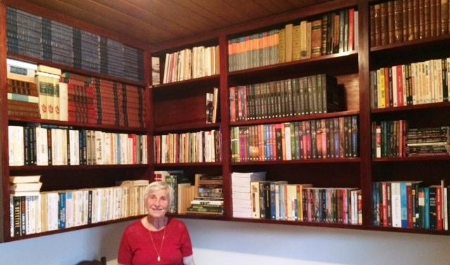 Uma das várias estantes de livros da biblioteca.