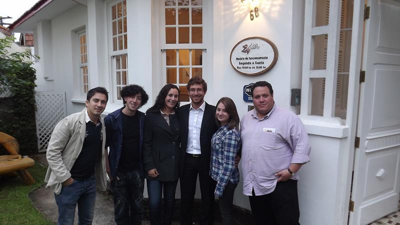 Com a equipe da AMECampos e o Pianista Polonês Michal Szymanowski. João trabalhou na ONG na produção de recitais e eventos culturais.