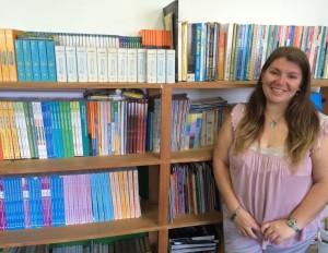 Os livros da sala da professora Lilian são direcionados aos alunos do 3º ao 5º ano