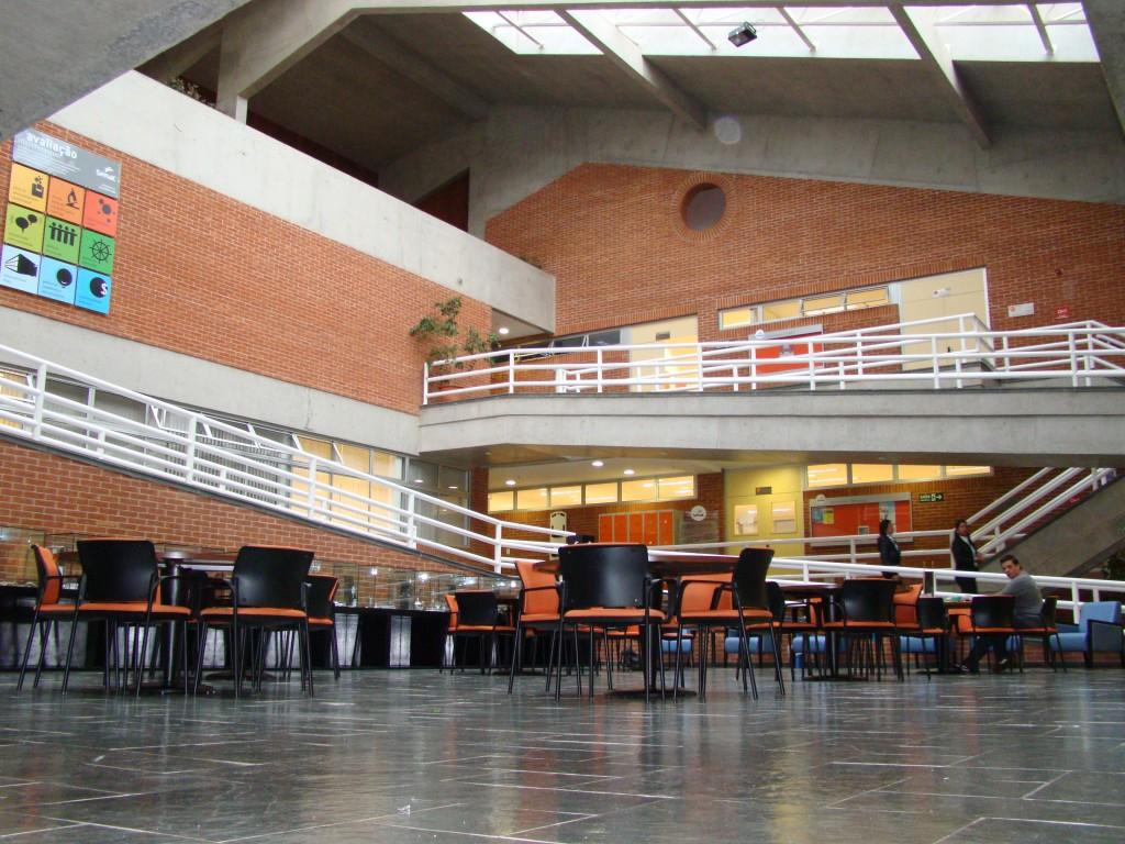 O átrio, área externa à Biblioteca, utilizada para estudos em grupo