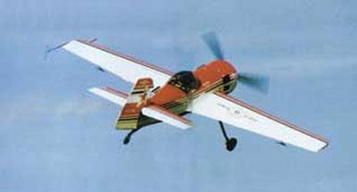 Sukhoi Su-31 pilotado por Luiz Guilherme Richieri seguindo para mais uma sequencia de manobras