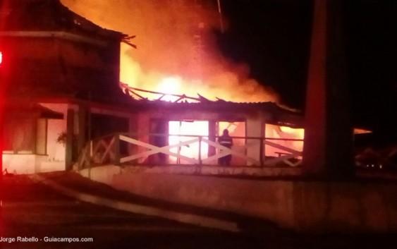 Veja fotos do incêndio que destruiu o antigo gabinete do Prefeito de Campos do Jordão