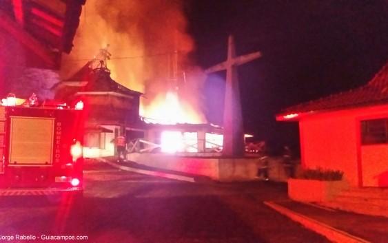 URGENTE: Incêndio atinge neste momento antigo Gabinete do Prefeito de Campos do Jordão no Morro do Elefante