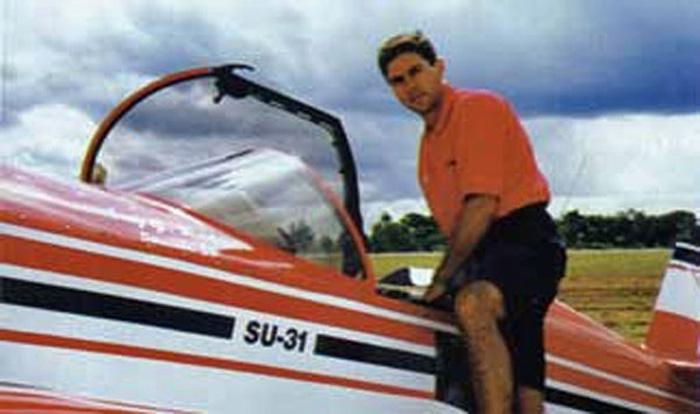 Luiz Guilherme Richieri junto do seu Sukhoi Su-31
