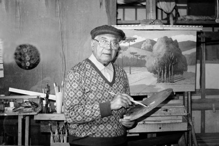 Camargo Freire em seu ateliê trabalhando em um de seus quadros