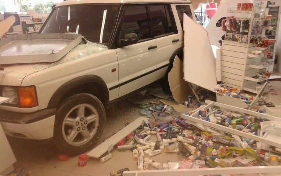 Veículo invade farmácia em Campos do Jordão