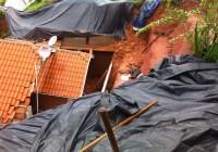 CHUVA EM CAMPOS DO JORDÃO: Advogado e neto são soterrados em desmoronamento // Passam bem.