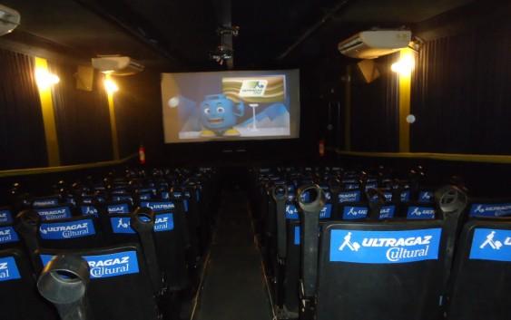 """Confira a programação da """"Carreta-Cinema"""" que está na praça do Gazebo em Campos do Jordão até sexta-feira."""