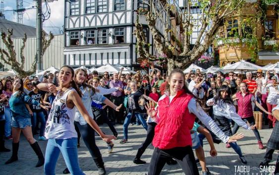 Com coreografia de Flash Mob Campos do Jordão deu boas vindas aos seus visitantes no Corpus Christi