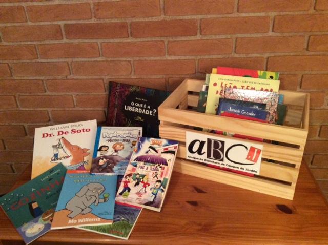 ABCJ Amadeu Caixote com livros