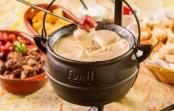 Restaurante inova com fondue caipira com base de queijo da canastra servido em trempe