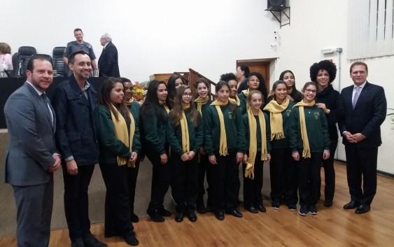 Meninas Cantoras se apresentam na Câmara Municipal e recebem moção de congratulações