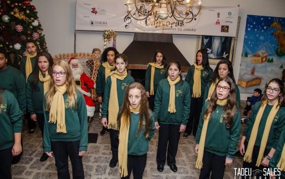 Vila de Natal e Casa do Papai Noel são inauguradas com apresentação das Meninas Cantoras de Campos do Jordão
