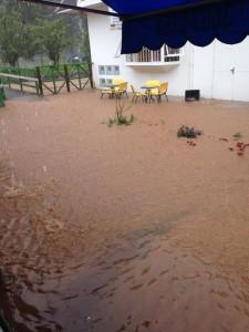 Rio Capivari transbordou em Vila Abernessia
