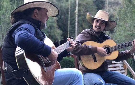 Fim de semana de pátria terá música de raiz com Rafael Viola e Dinelson no Toriba