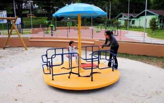 Rotary Club Campos do Jordão doa brinquedos inclusivos para praça do município