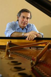Arnaldo Cohen que se apresenta na programação do Festival de Inverno de Campos do Jordão