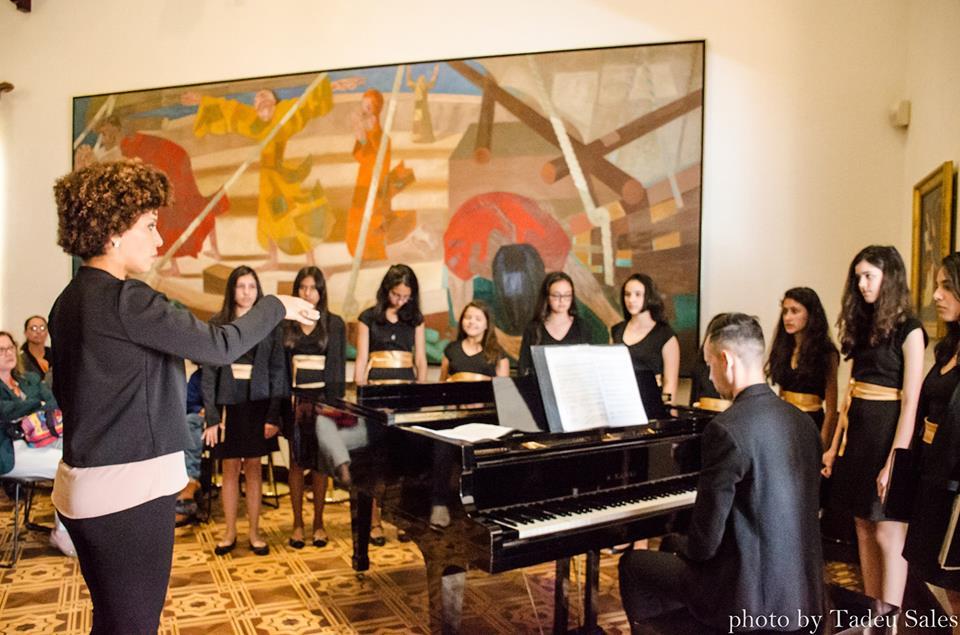 Meninas Cantoras de Campos do Jordão no salão nobre do Palácio da Boa Vista