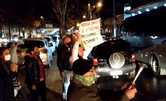 [Vídeo] Campos do Jordão tem manifestação pela abertura do turismo bem na hora da LIVE do Prefeito